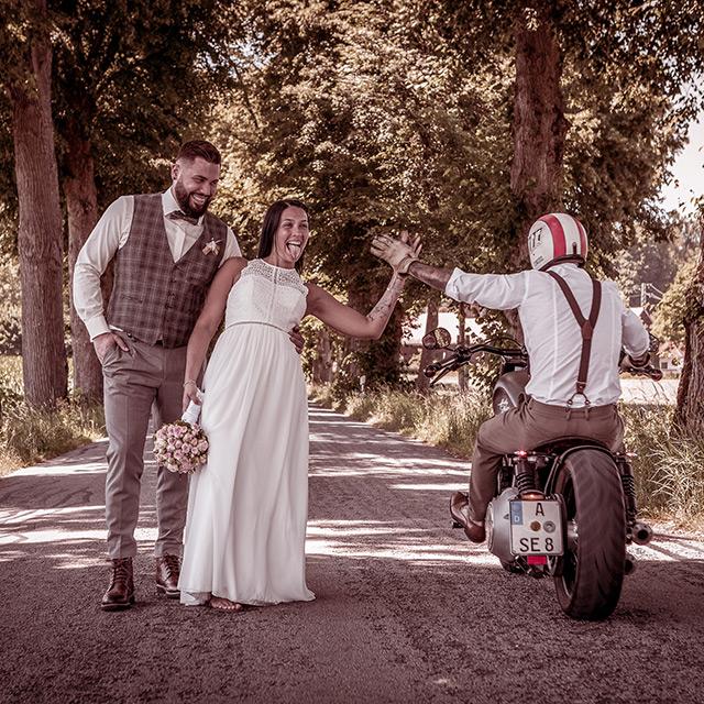 Brautpaar im Wald mit Onkel auf Motorrad