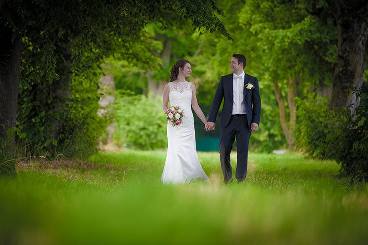Hochzeitspaar auf einer Wiese