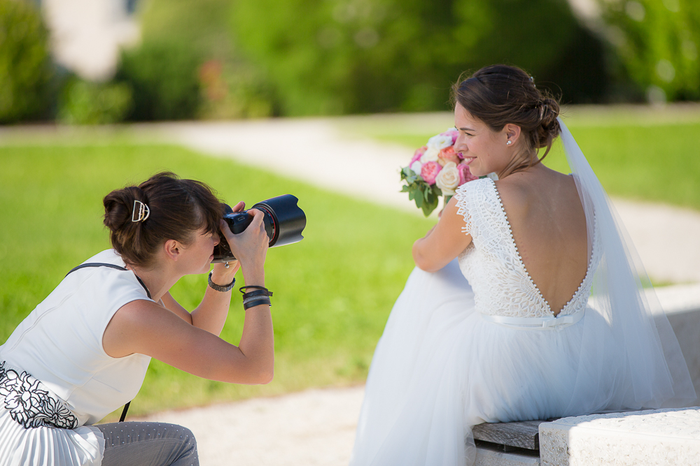 Fotografin fotografiert die Braut