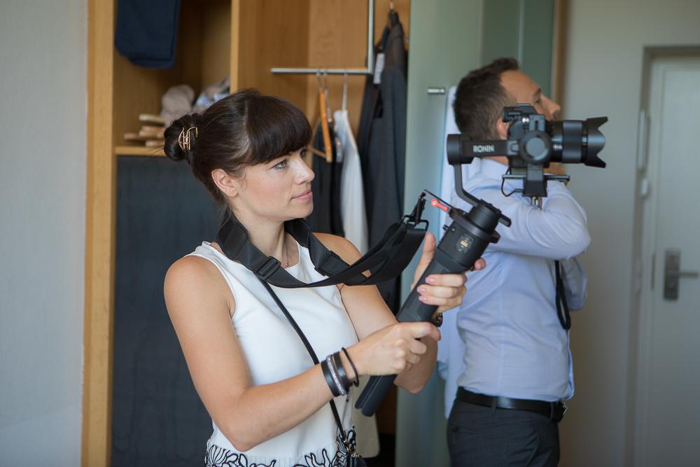 Fotografien -Videografin bei der Arbeit