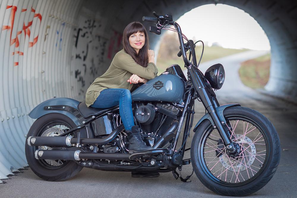 eine Frau auf einer Harley
