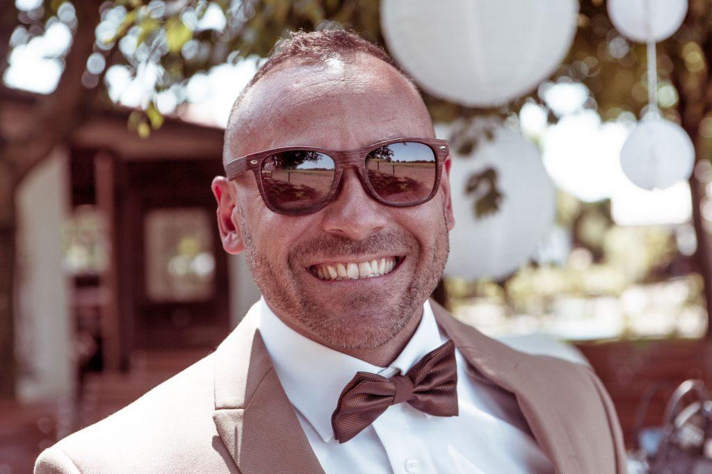 Portrait von einem Mann im Anzug Fliege und Sonnenbrille