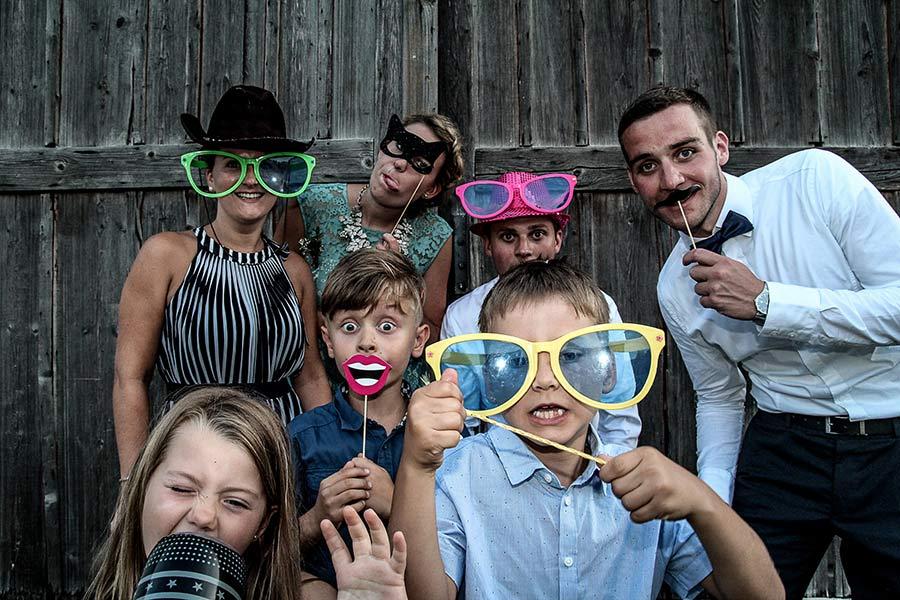 Gäste vor einer Fotobox haben Spaß