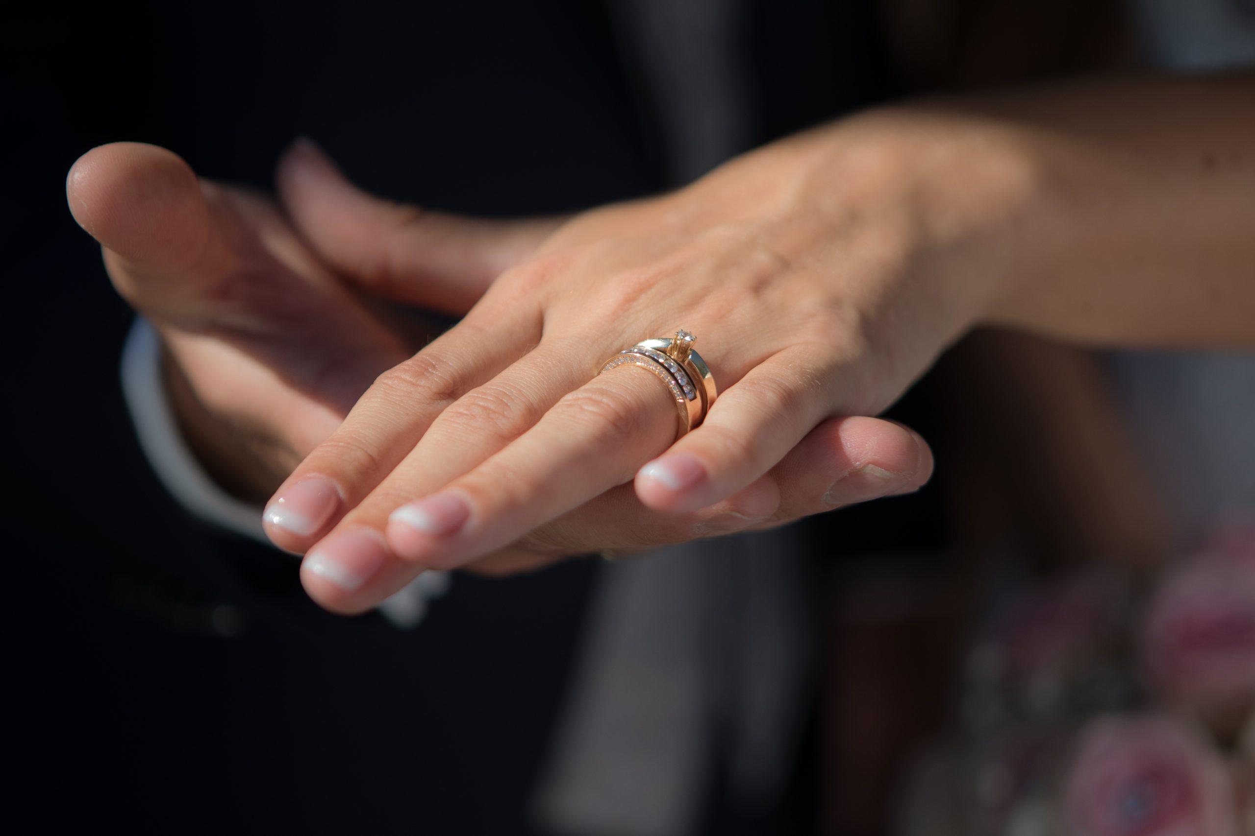Brautpaar zeigt ringe