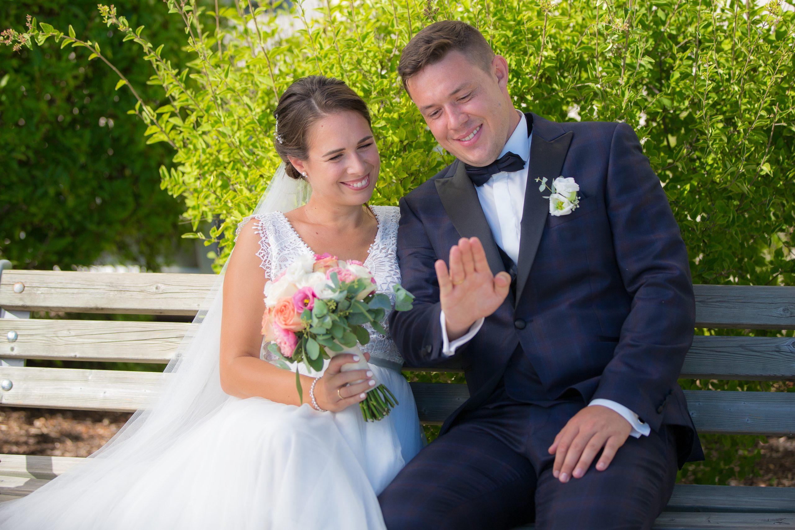 Brautpaar betrachtet ihre Ringe